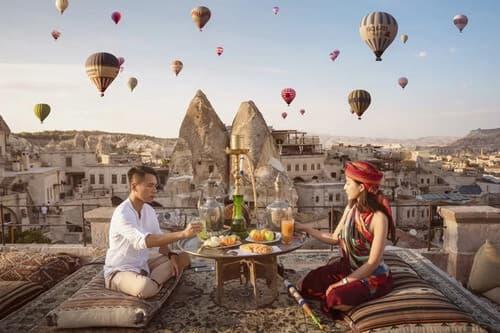 Ảnh cưới 'đẹp như cổ tích' dưới bầu trời khinh khí cầu - hình ảnh 1