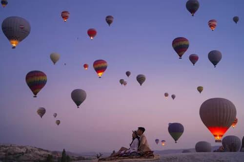 Ảnh cưới 'đẹp như cổ tích' dưới bầu trời khinh khí cầu - hình ảnh 5