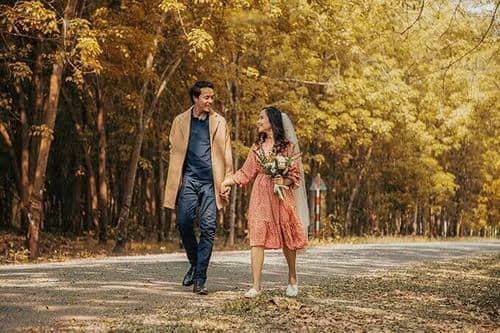 Ảnh cưới mùa lá vàng Bình Dương ngỡ là cảnh sắc thu Hàn Quốc - hình ảnh 2