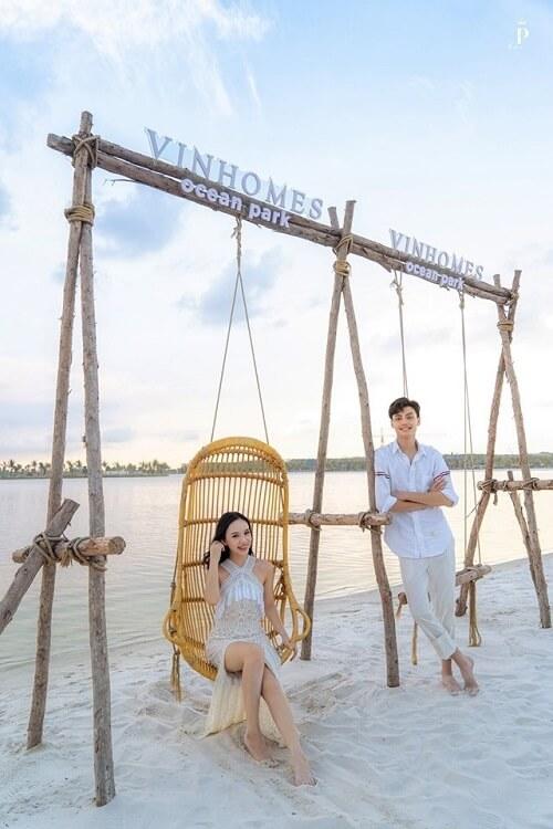 """Biển Vinhomes Ocean Park: Điểm chụp ảnh cưới """"chất lừ"""" của các cặp đôi - hình ảnh 2"""