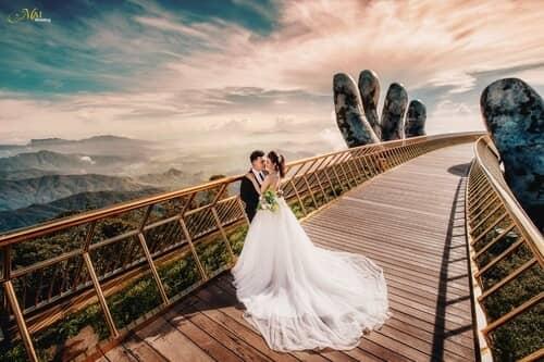 Cây cầu Vàng Đà Nẵng thu hút hàng nghìn cặp đôi đổ xô về chụp ảnh cưới - hình ảnh 1