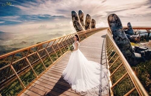 Cây cầu Vàng Đà Nẵng thu hút hàng nghìn cặp đôi đổ xô về chụp ảnh cưới - hình ảnh 2