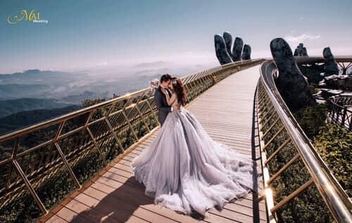 Cây cầu Vàng Đà Nẵng thu hút hàng nghìn cặp đôi đổ xô về chụp ảnh cưới - hình ảnh 3