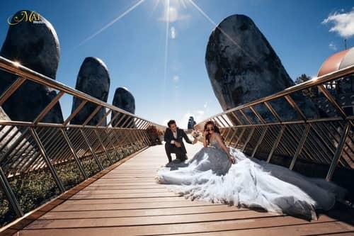Cây cầu Vàng Đà Nẵng thu hút hàng nghìn cặp đôi đổ xô về chụp ảnh cưới - hình ảnh 4