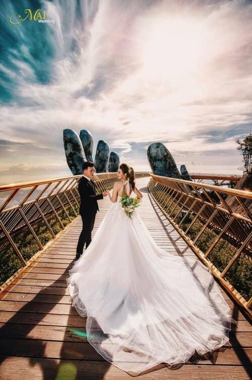 Cây cầu Vàng Đà Nẵng thu hút hàng nghìn cặp đôi đổ xô về chụp ảnh cưới - hình ảnh 6
