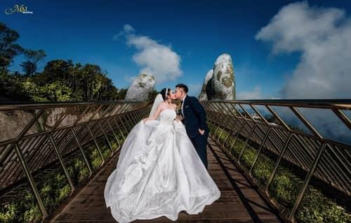 Cây cầu Vàng Đà Nẵng thu hút hàng nghìn cặp đôi đổ xô về chụp ảnh cưới - hình ảnh 7