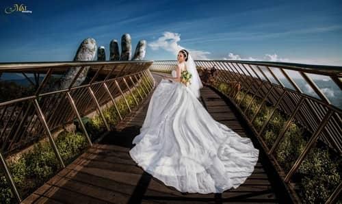 Cây cầu Vàng Đà Nẵng thu hút hàng nghìn cặp đôi đổ xô về chụp ảnh cưới - hình ảnh 8